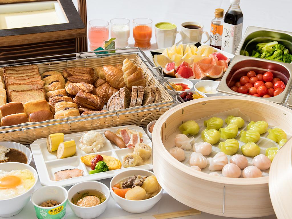 *【朝食バイキング】常時65種類以上のメニューが並びます。