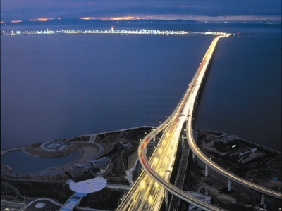 西方向「関空夜景」です。ここにしかない絶景!スカイゲートブリッジRと関西空港を望むエアポートビューです。