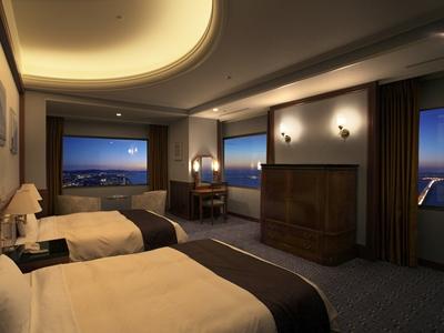 49階81.5平米のスイート『タワースイートロイヤル』。バスルームからの夜景もお楽しみいただけます。(イメージ)
