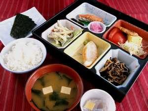 ひじきや焼き魚など、あったか手作り朝食(一例)