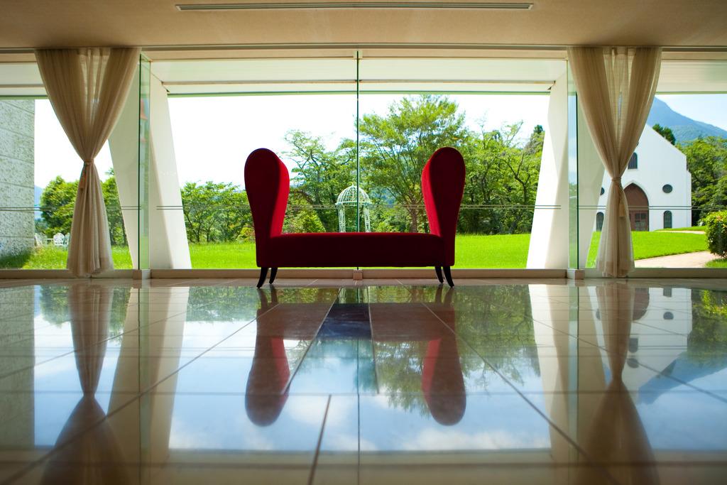 エントランスの赤い椅子