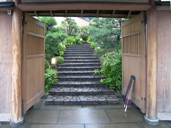 門をくぐり階段を抜け、