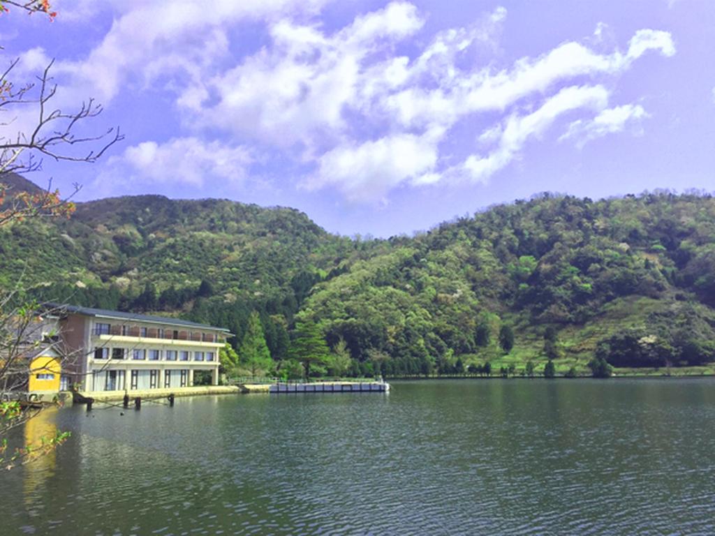 水月湖畔の上に佇むホテル水月花
