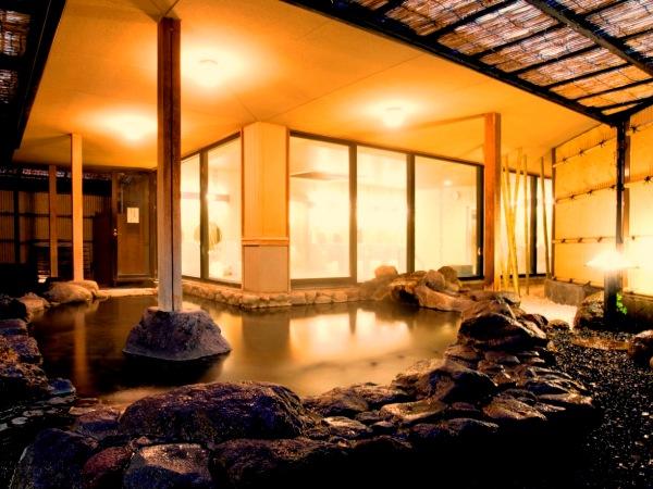 趣のある岩造りの露天風呂