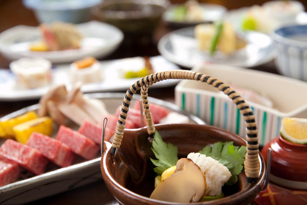 松茸土瓶蒸し会席例(牛肉は2人分)