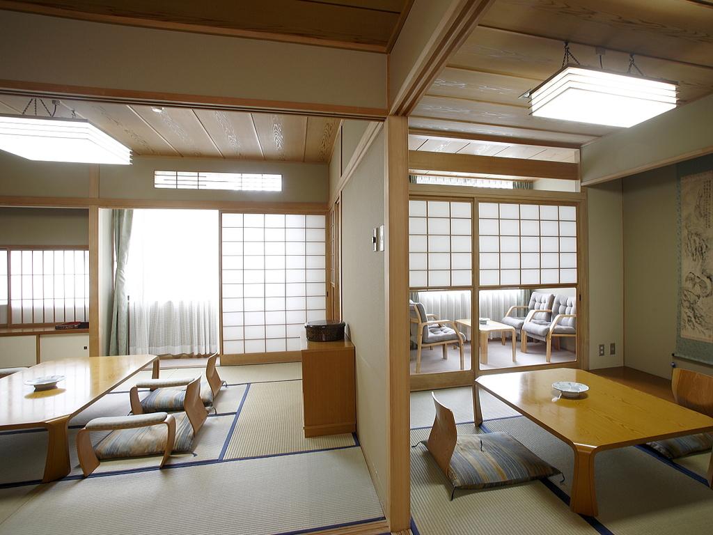 本館特別室。10畳+6畳の2間続きタイプの和室。