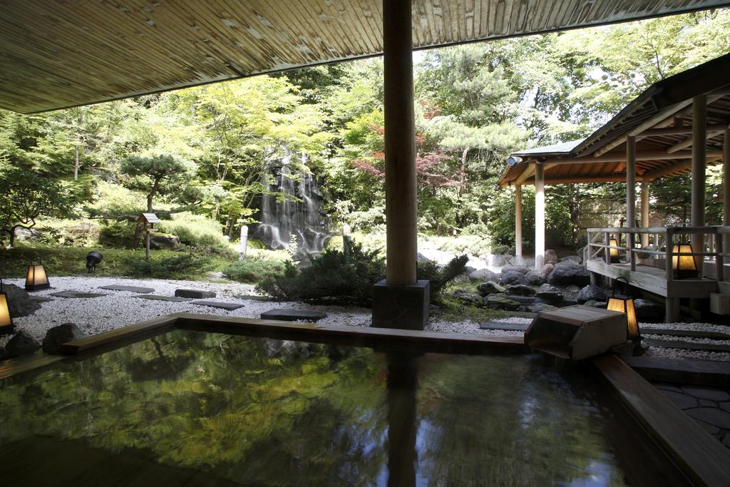 滝の流れる庭園露天風呂 通年