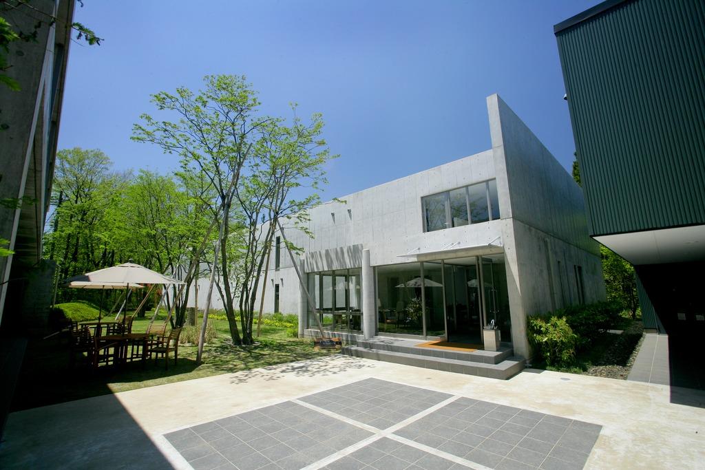 美しい新緑に囲まれたアートビオトープ那須