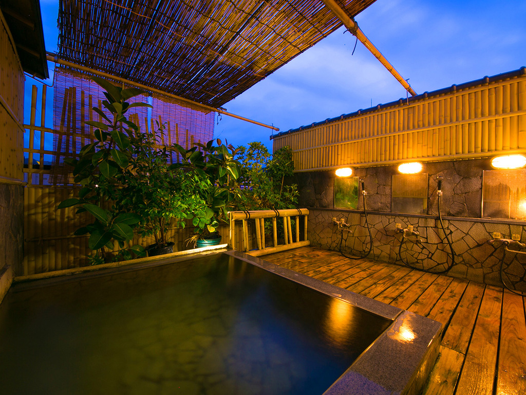 ◆【男性露天風呂・月の湯】当館自慢の≪屋上露天風呂≫では、満点の星空をご覧いただけます