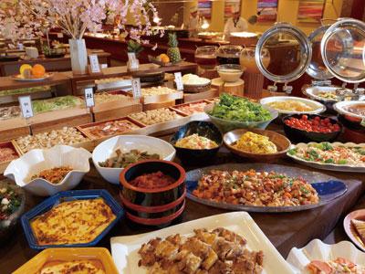色どりも華やかな夕食ビュッフェ。