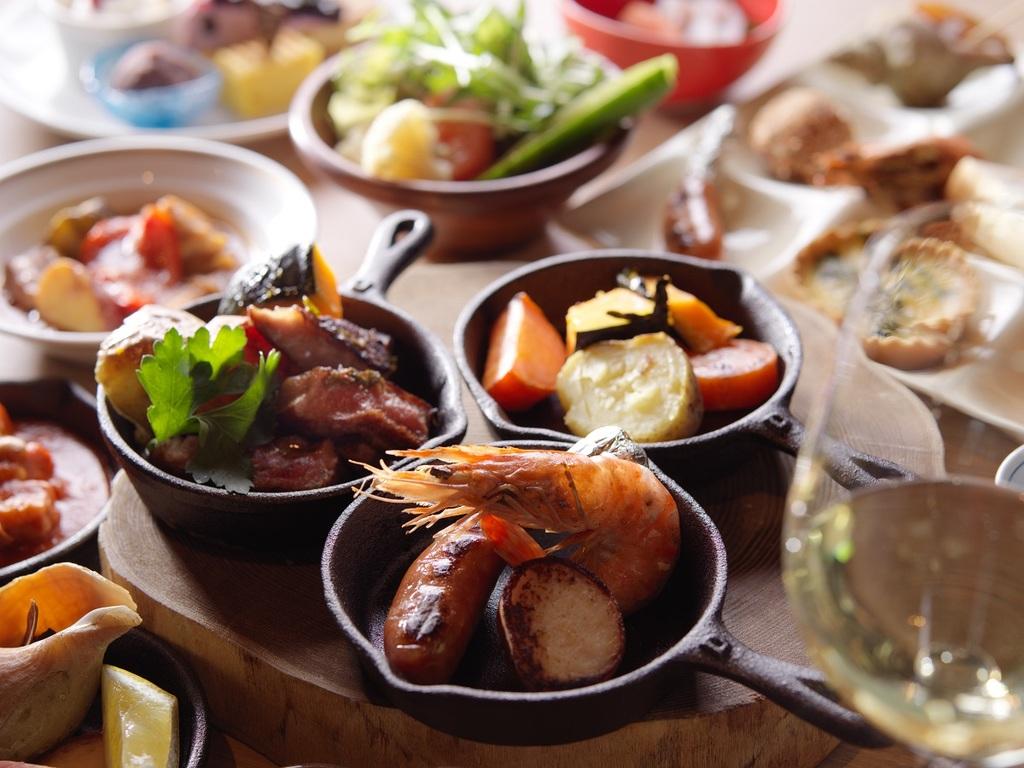 【夕食】夕食ブフェではさまざまな種類の料理をご用意しています。