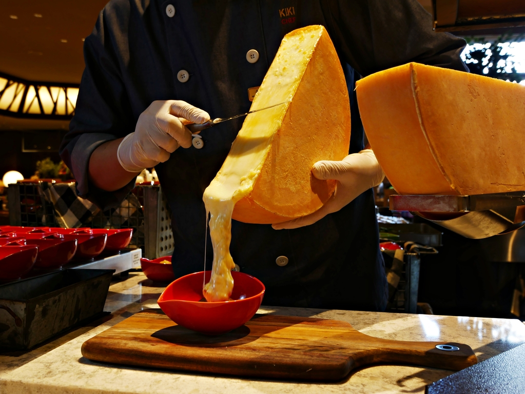 【夕食】花畑牧場のラクレットチーズを知床斜里産熟成ジャガイモにトッピング!