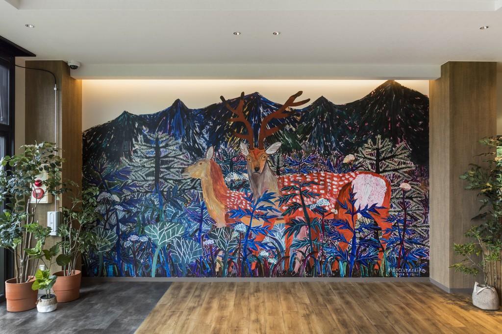 【ロビー】2018年6月改装オープンの際に、ミロコマチコさんが壁一面の巨大壁画を描いて下さいました。