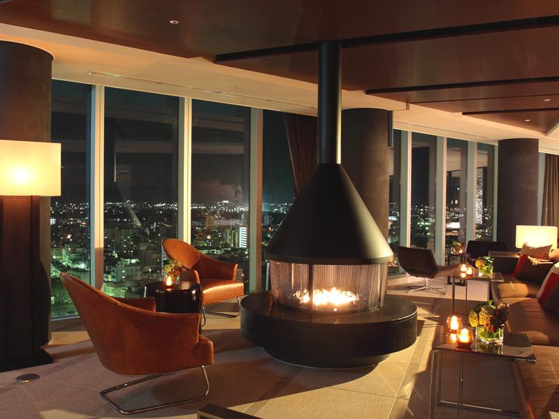 暖かな暖炉の灯りがあなたをお迎えします