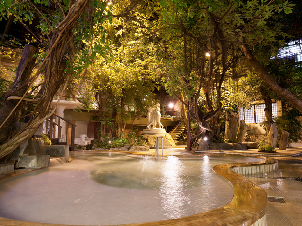 当宿自慢の開放感あふれる「ジャングル風呂」