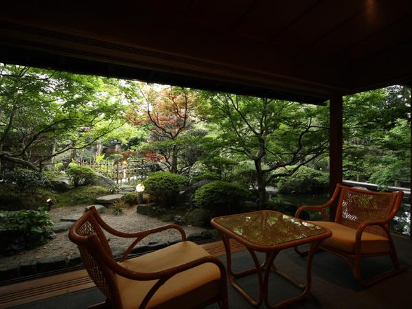 窓一面に広がる日本庭園