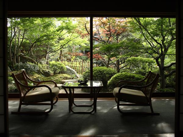 茶室の趣を残した本格数奇屋造りの建築様式で日本の伝統美を随所にお感じ頂ける造りです。