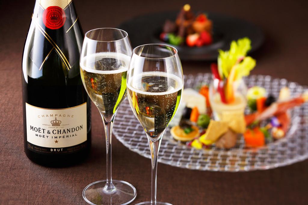 夜景を見ながらシャンパンをお楽しみください!