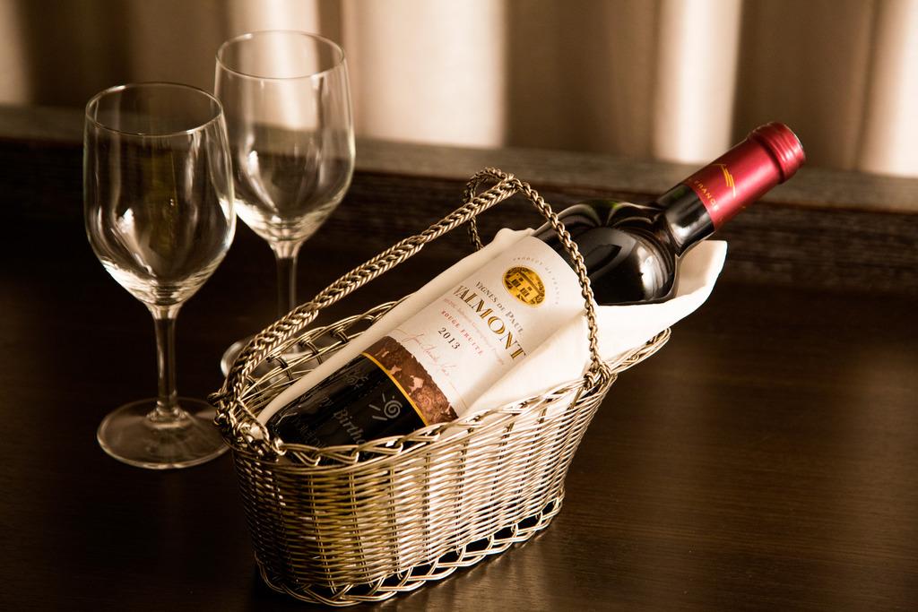 お名前とお誕生日をエッヂングした赤ワイン