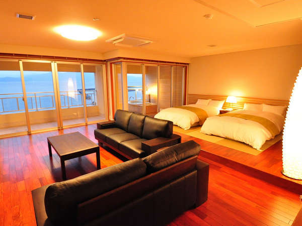 【新・露天風呂付き客室】広い客室部分には寝心地抜群のベッドと大きなソファ