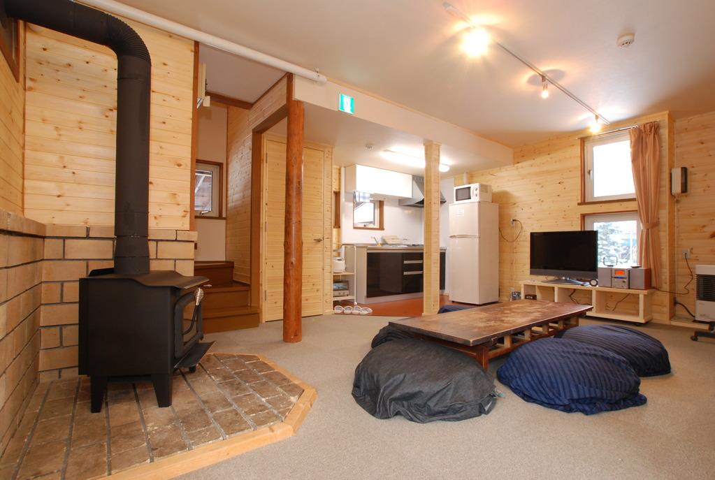 室内には石油ストーブのほか、暖炉もあります