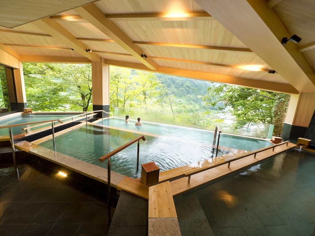 『棚湯』3段の棚田状の湯船から四季折々の黒部峡谷の絶景を楽しむことができます。