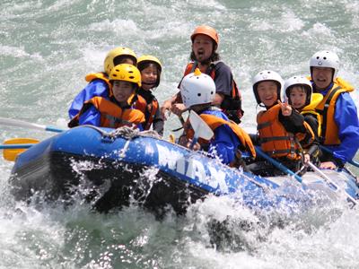 北陸の激流スポット富山県黒部川を下る ラフティングツアー