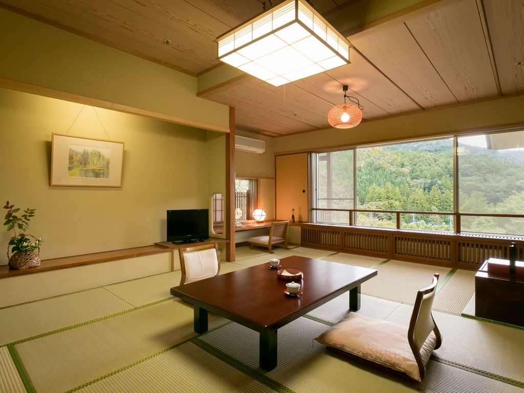 水涌館和室 お部屋からは新湯川日向見川のせせらぎや四万の美しい山々の景色をお愉しみ頂けます。