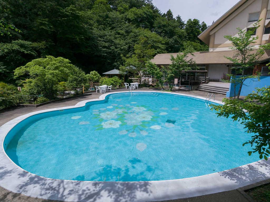 四万温泉で唯一!四万たむら「さくら」プールは川の音が心地よい。7〜9月湯巡りパスポートでご利用可。