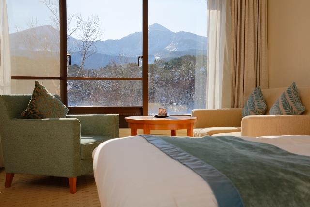 窓越しに望む磐梯山の冬景色