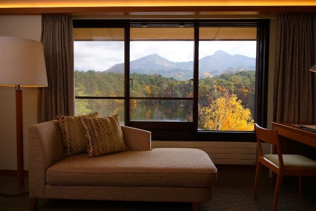窓越しに望む磐梯山の紅葉【デラックスツイン】