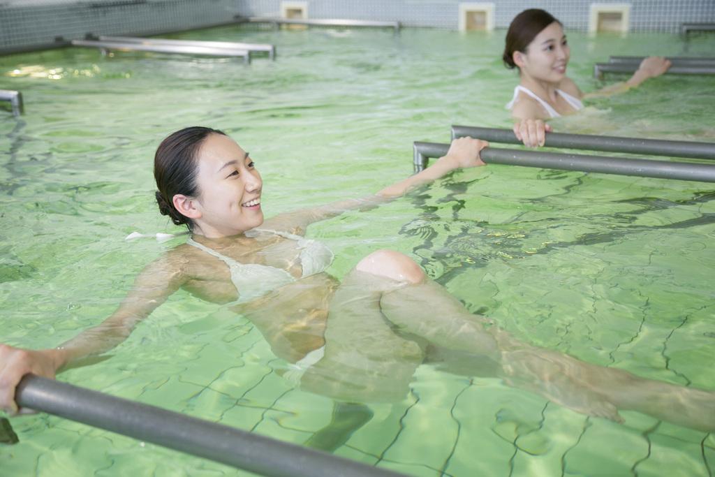【ピシーナジェット】壁から出る温海水ジェットを、抵抗やマッサージとして利用しながら身体を動かします。