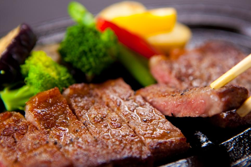 当館料理長による特選牛ステーキに舌鼓♪