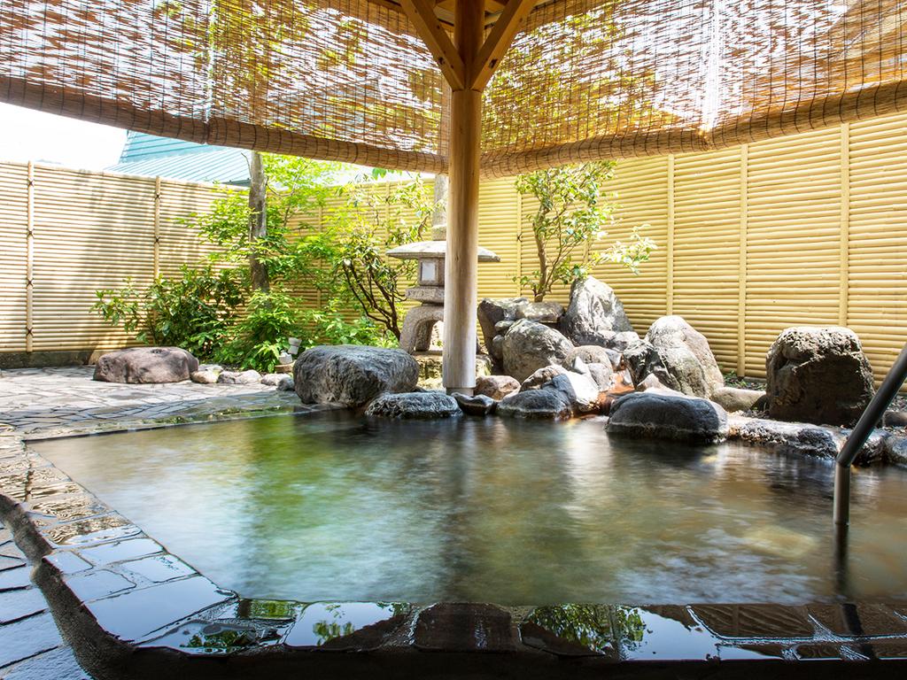 【純和風温泉露天風呂】夜のライトアップも雰囲気がいい。