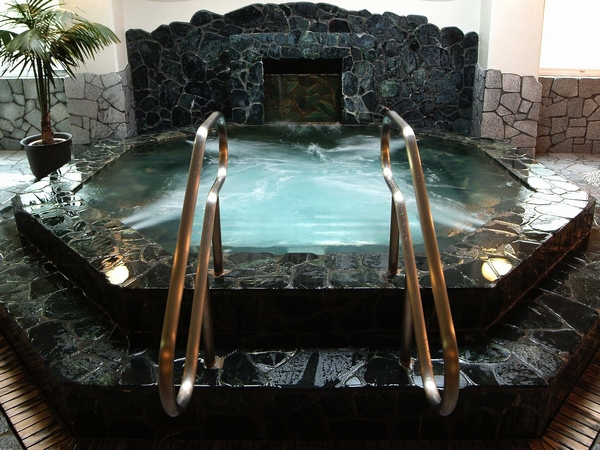 【翡翠原石敷き温泉スーパージャグジー風呂】天然翡翠の力に癒される、パワーストーン効果に温泉効果をプラスした翡翠ジャグジー