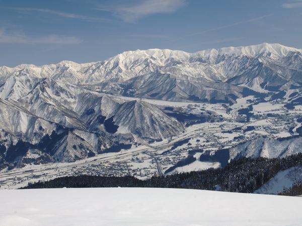 雪国越後湯沢。白銀の世界に包まれ、スキーだけでなく、雪見旅行にも◎
