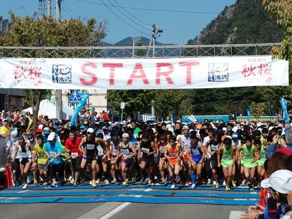 全国から大勢参加する「越後湯沢秋桜ハーフマラソン」。豊かな自然の中を、風のように駆け抜けよう!