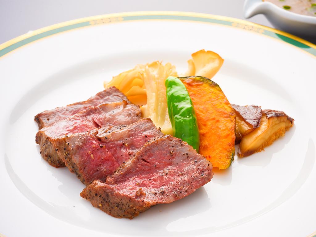 肉の旨味がぎゅっと詰まったステーキ