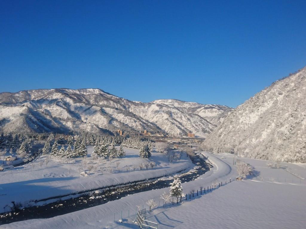 湯沢町は山間に佇む歴史ある温泉地です。