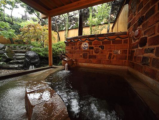 有田で有名なトンバイ塀の温泉露天風呂付客室【藤】 お茶風呂を楽しめます
