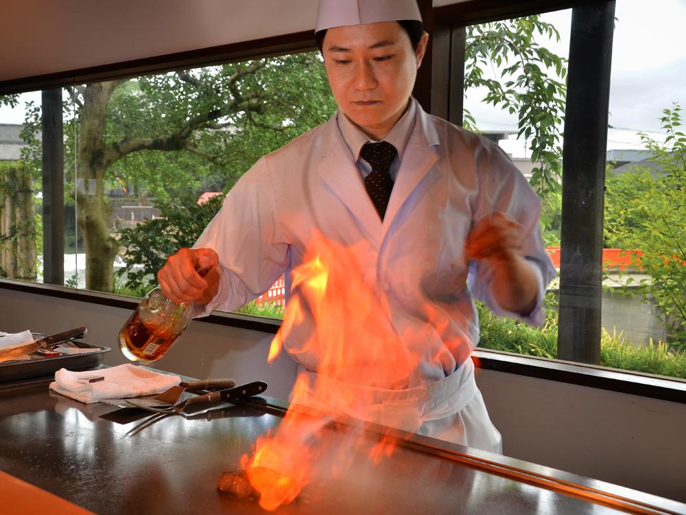 鉄板焼「えん」での調理シーン