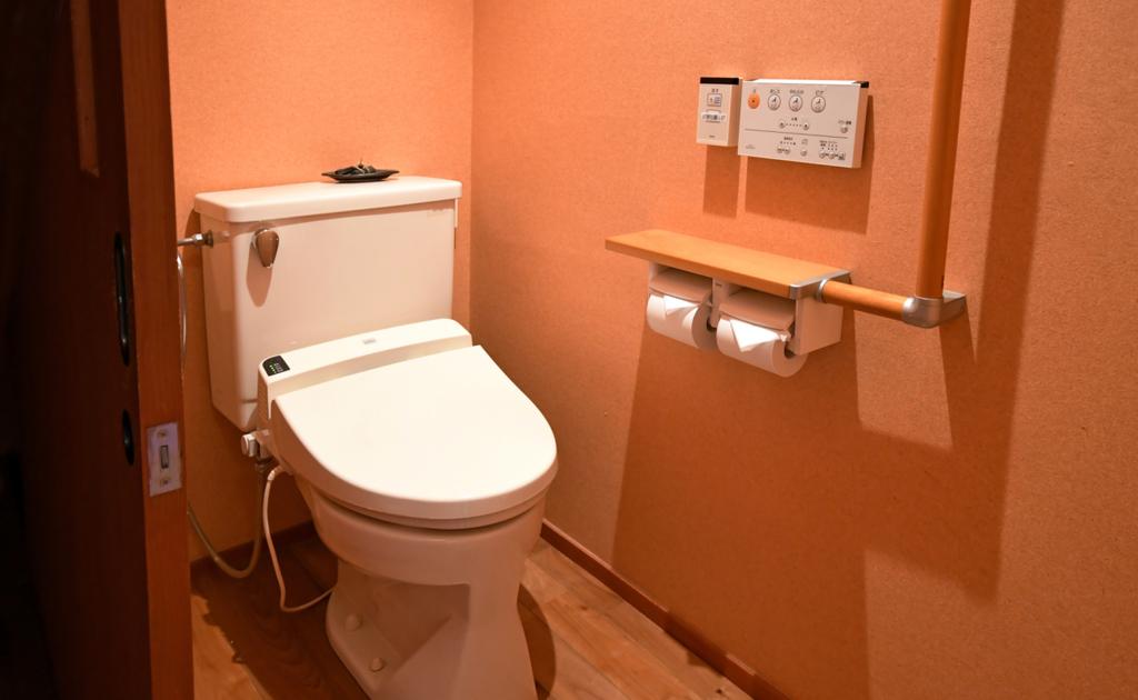 山茶亭客室【葵】。こちらの和室は、バリアフリーにも対応している