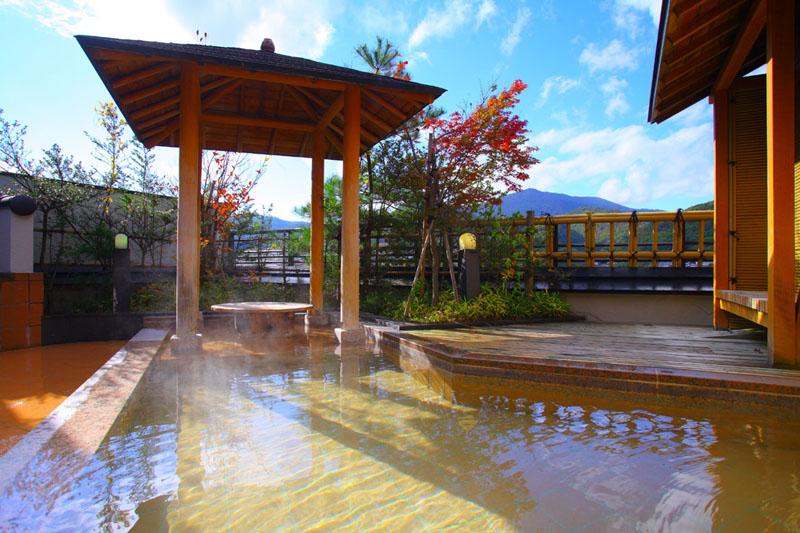 周辺の山々の自然を満喫できる地上7階の展望露天風呂