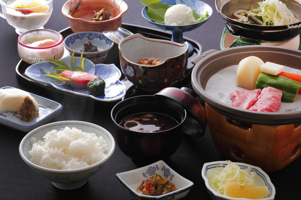 朝食にも山形牛の陶板焼きが付いて大満足!自家製温泉卵も人気の一品です