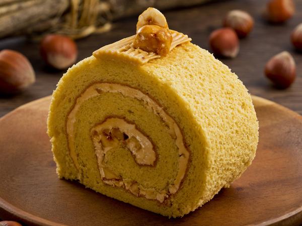 11-12月は、ローストしたイタリア産ヘーゼルナッツのクリームを包み込んだヘーゼルナッツロールケーキ(イメージ)