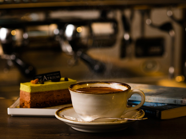 その場で淹れる本格派コーヒとケーキで大人の余裕時間を(イメージ)