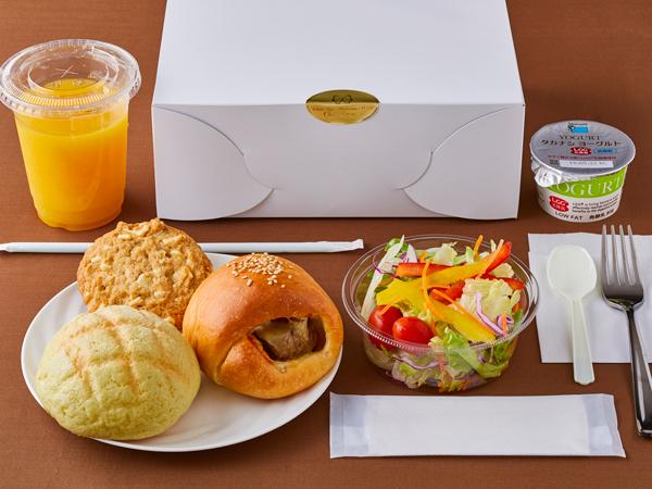 ◇ホテルメイドパン・クッキー・サラダ・ヨーグルト・ドリンクがセットになった、「ベーカリーボックス」(イメージ)