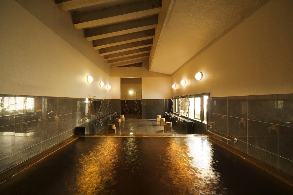 美人の湯と評判高い黒褐色の大浴場