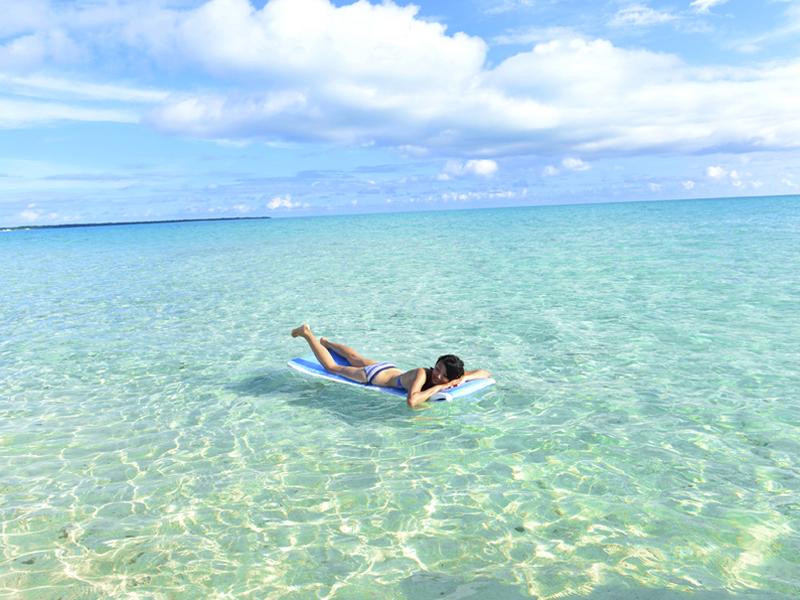 海面にマットを浮べ寝そべったまま、の〜んびり寛ぎ八重山の海に癒されて下さい。