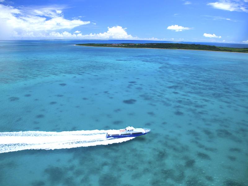 石西礁湖を進む定期船から海を覗き込むと、あまりの綺麗さ、透明度で驚く事間違いナシです。